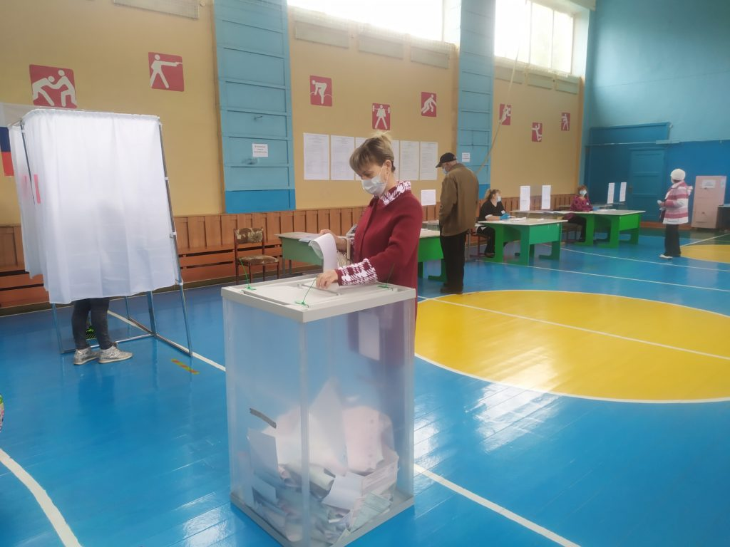 В школе №4, где расположены два избирательных участка №152 и №153, проходят выборы