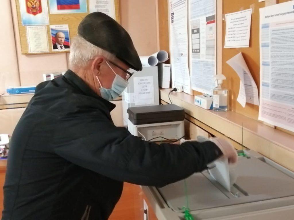 Жители Козьминки идут на избирательные участки